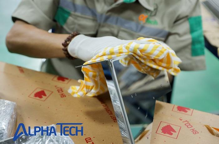 Làm sạch bề mặt kim loại bằng khăn lau và hóa chất Acetone là cách làm đơn giản và thông dụng nhất