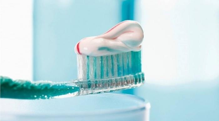 Sử dụng kem đánh răng cũng là một biện pháp nhẹ nhàng