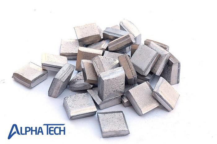 Niken là kim loại có màu trắng bạc, dễ rèn, dễ cán mỏng và dễ đánh bóng