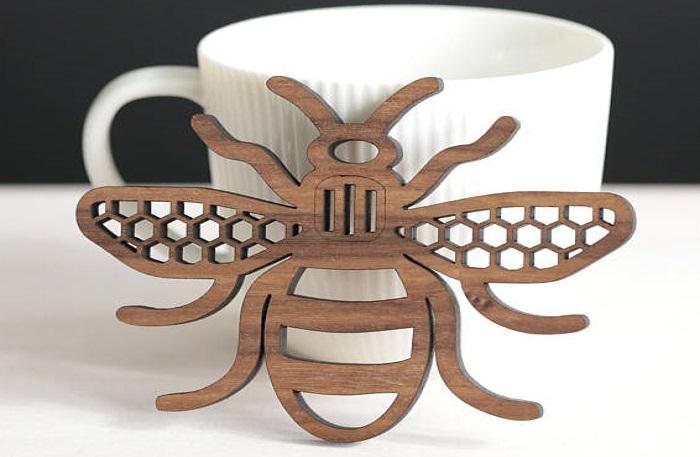 Đế để cốc hình con ong được cắt laser từ gỗ sồi