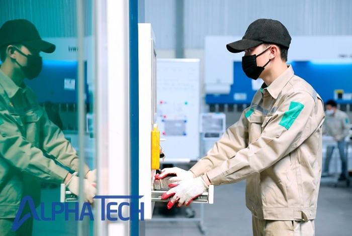 Nhân viên vận hành máy cắt laser